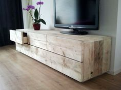 zwevend tv-meubel van steigerhout_hangend tv-meubel met laden_zwevende kast van steigerhout met laden_de Steigeraar Woodworking Furniture Plans, Diy Furniture, Furniture Design, Snug Room, Diy Tv Stand, Piece A Vivre, Diy Holz, Rustic Wood, Interior Design Living Room