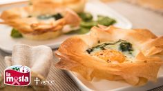 No te pierdas estas deliciosas tartaletas de pasta filo rellenas de #espinacas, #huevo y #queso parmesano. Un plato ligero ideal para el almuerzo o cena. El paso a paso de la #receta, en nuestro blog.
