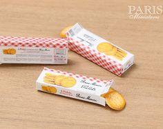 Boîte de « Bonne Maman » Français beurre Cookies Miniature - gravé - nourriture en échelle 12 pour maison de poupées