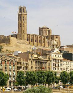 La Catedral de la Seu Vella o catedral antigua de Lérida, es el monumento más emblemático de la ciudad, se construyó en estilo románico, aunque sus bóvedas son de crucería ojival góticas. Se alza en el cerro conocido como Turó de Lleida que domina la ciudad y la comarca del Segrià.El magnífico claustro, con su galería mirador sobre la ciudad, se realizó entre los siglos XIII y XIV. La catedral fue terminada en el siglo XV con la construcción del campanario y la puerta de los Apóstoles.