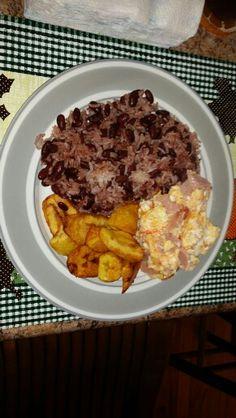 Tipico Desayuno Nicaragüense: Gallo Pinto, maduro frito y huevos revueltos con jamón......