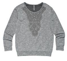 szara bluza z delikatnym haftem na dekolcie