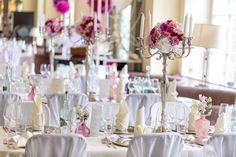 Vintage Dekoration für die süsse Hochzeit mit Silberleuchtern und Blumenkugel.