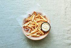 Patatje mét (liefde): zelfgemaakte friet met verse mayo. Lekker! - Recept - Allerhande Parmigiano Reggiano, Yummy Food, Seeds, Delicious Food, Good Food, Parmesan