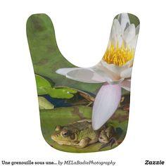 Une grenouille sous une fleur de nénuphar Animals, Flowers, Animales, Animaux, Animal, Animais