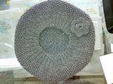 Boina tejida a punto de arroz decorada con una flor de crochet