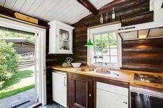 Post: Cottage con el exterior de troncos negros --> blog decoración nórdica, casas de madera, casas de vacaciones, Cottage con el exterior de troncos negros, diseño de exteriores, estilo nórdico, estilo rústico moderno, exterior negro, interiores de madera