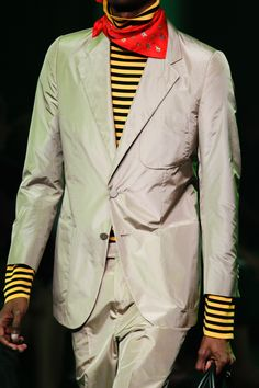 See all the Details photos from Gucci Spring/Summer 2017 Menswear now on British Vogue Gucci Spring 2017, Fashion Show, Mens Fashion, Alessandro Michele, Mens Suits, Menswear, Vogue, Spring Summer, Leather Jacket
