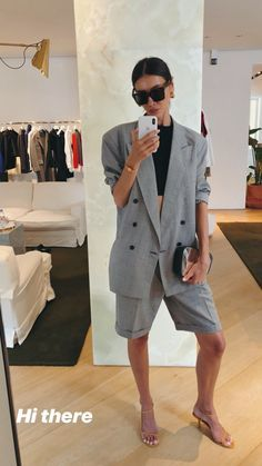 Julie Pelipas gives us an updated version of the traditional suit by going for shorts. She accessories her look with sleek yellow strappy sandals and a silver clutch. Zara Suits, Grey Suits, Look Blazer, Mode Blog, Linen Suit, Short Suit, 2020 Fashion Trends, Mode Streetwear, Casual Look