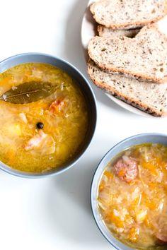 Polnischer Kapuśniak ist eine Suppe die aus zerkleinertem Kohl oder Sauerkraut zubereitet wird. Zutaten: 500 g Sauerkraut 130 g Speck 300 g Schweinerippen 4 mittelgroße Kartoffeln 1 Petersilie (Wurzel) ½ Sellerie (ca. 300 g) 1 Möhre