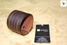 Bratara din piele naturala 32 -maro  -captusita cu piele maro -ate decor diferite culori -inchizatoare metalica nichel innegrit -margine finisata negru -dimensiuni: L=18-19,5cm l=5cm  PRET: 65 Lei