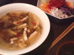 (酸辣湯 & 番茄涼拌麵)  サンラータンと冬瓜、合いますね あとは市販のモズク酢とお豆腐を入れました。  冷やし麺の方は中華の脇屋友詞さんのレシピ本を参考に作りました。 - 73件のもぐもぐ - 冬瓜とモズクのサンラータン & トマトソースヌードル by machimachicco