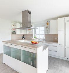 Moderne Küche In Weiß Mit Glas Und Hellen Holzelementen   ECO System HAUS.  Moderne KücheHaus BauenInspirierendHolzGlas