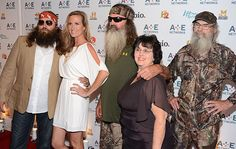 "A team from Broadway will convert the Robertson family into a Las Vegas showstoppers. The Robertson family of the A&E show ""Duck Dynasty"" wants to expand their brand from the screen to the stage in a new musical called ""The Duck Commander Family Musical. Willie Robertson, Robertson Family, Sadie Robertson, Psych Memes, Memes Humor, Miss Kays, Duck Commander, Freedom Of Speech, Photo L"