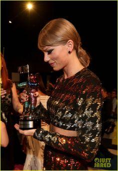 Taylor Swift is Rainbow Bright on MTV VMAs 2015 Red Carpet