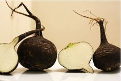 It is considered that the black radish originated from Egypt and China. Even the inscriptions in the pyramid of Cleopatra talk about the cultivation of the black radish. Fruits And Veggies, Vegetables, Low Carb Recipes, Healthy Recipes, Salad Topping, Food Pyramid, Green Bell Peppers, Snap Peas