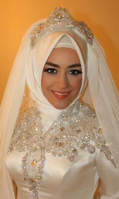 Gelin Türban Modelleri Hijab Wedding, Bridal Hijab, Wedding Wear, Wedding Makeup, Turkish Fashion, Islamic Fashion, Modest Wedding Dresses, Bridal Dresses, Turkish Wedding Dress