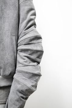 Visibly Interesting: Geometric Panelled Sleeve detail with collapsable structure; fabric manipulation // Slinky S/S 2015 Look Fashion, Fashion Details, High Fashion, Mens Fashion, Fashion Design, Textiles, Textile Manipulation, Style Outfits, Sculptural Fashion