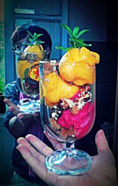 Sorbet mangue et framboise agrémenté de pain d'épice, noisette et pignons de pin