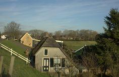 Woningen onder aan de dijk in Gelkenes met daar achter het buurtschap Liesveld niet ver van Groot-Ammers in de Alblasserwaard.