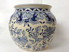 Lindo cachepot com motivos de flores, usado para decoração de ambientes e varandas. Pottery Painting, Ceramic Painting, Ceramic Art, Blue Pottery, Pottery Art, Keramik Vase, Italian Pottery, Porcelain Ceramics, Porcelain Tile