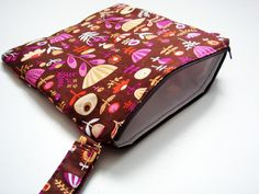 Sew a wet bag tutorial - use a shower curtain for vinyl (pul) part, so smart!