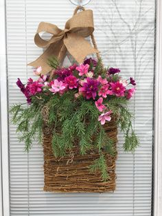 Front Door Decor, Wreaths For Front Door, Door Wreaths, Front Porch, Vasos Vintage, Hanging Flower Baskets, Spring Door, Spring Projects, Basket Decoration