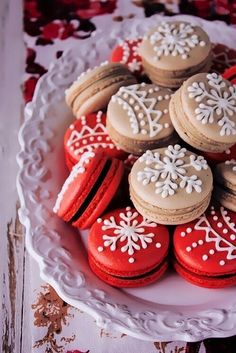 Gingerbread Macarons Recipe and Tutorial. The french macarons are simply decorated with snowflake designs in royal icing Christmas Desserts, Christmas Baking, Christmas Treats, Macarons Christmas, Christmas Christmas, Christmas Gingerbread, Christmas Pasta, Christmas Thoughts, Christmas Decorations