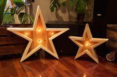 Estrellas de madera hechas a mano con madera de palet reciclado e iluminadas con bombillas retro. Las luces tienen regulador de potencia que permite ajustar la intensidad del brillo.Alto de la estrella grande : 57Ancho de la estrella grande : 57Alto de la estrella pequeña: 38Ancho de la estrella pequeña: 38Las dos estrellas hechas con palets se venden también por separado. La madera de las estrellas hechas con palets ha sido barnizada con capa incolora para re...