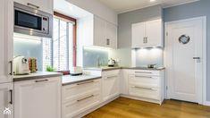 kafelki wokół okna w kuchni at DuckDuckGo Beautiful Homes, Sweet Home, Kitchen Cabinets, House, Home Decor, Kitchen Ideas, Interior Ideas, Type 3, Theater