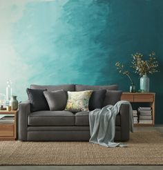 wohnzimmer wandgestaltung tuerkis blau horizontal grau sofa beistelltisch