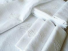 Notre sélection de tissus, draps, nappes et serviettes, tapisserie et tapis, dentelles et broderies, maroquinerie et vêtements anciens et contemporains.