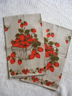 Vintage Towel STRAWBERRIES Linen Kitchen Dish by violetsandgrace, Debbie Ring are these like the ones you got at Bingham-Waggoner? Vintage Tablecloths, Aprons Vintage, Vintage Sheets, Vintage Tea, Vintage Kitchen, Kitchen Themes, Kitchen Dishes, Kitchen Linens, Linen Towels