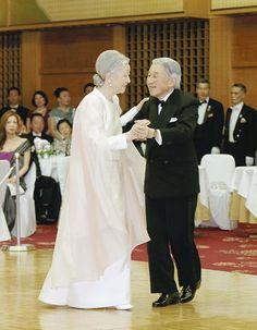 !(✪ㅂ✪)✰素敵です..✰  天皇、皇后両陛下は12日夜、東京都港区のホテルオークラ東京で開かれた慈善晩さん会  「チェリー・ブロッサム・チャリティーボール」に出席、20年ぶりにダンスを披露された。    今年で創立60周年を迎えた国際福祉協会の主催。天皇陛下は黒のタキシード、  皇后さまは白いロングドレス姿で、手を取り合い、時折ささやき合いながら、  陛下が軽やかなステップでリードされた。  「バラのタンゴ」「ムーンリバー」など4曲を終始笑顔で踊られ、会場は和やかな雰囲気に包まれた。  宮内庁によると、 両陛下は1か月ほど前から、時折レコードを流し、ダンスの練習をされていたという。    同協会は、晩さん会の収益金などで国内外の福祉施設の援助を行っている。
