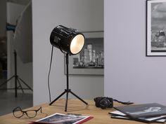 Lampen im beliebten Scheinwerfer-Look bringen unheimlich viel Individualität und Persönlichkeit in Ihr Heim. Der Scheinwerfer sowie das dreibeinige Gestell sind aus schwarzem Metall gefertigt. Sie können den praktischen Scheinwerfer ganz nach Bedarf verstellen und den Lichtkegel genau dorthin richten, wo Sie das Licht brauchen. Ein Diffusor sorgt für helle, blendfreie Beleuchtung. Black Table Lamps, Metal Table Lamps, Metal Shelves, Loft Spaces, Retro Aesthetic, Exposed Brick, Wooden Furniture, Desk Lamp, Lighting