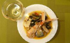 Zuppa di Pesce e calice di vino bianco.