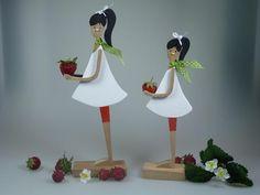 **Passend zur Erdbeerzeit - die Erdbeergirls!** Erhältlich in 2 Größen:  H: 28 cm / Preis: 34,00€  H: 23 cm / Preis: 29,00€   Verwendete...