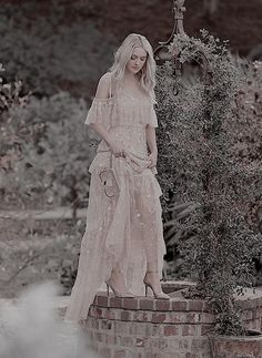 Actress Dakota Fanning teams up with Jimmy Choo for a Style collection. Inspired by the beauty of the natural world, Dakota Fanning wears the brand's… Estilo Dakota Fanning, Dakota Et Elle Fanning, Dakota Fanning Style, Ellie Fanning, Fanning Sisters, Jimmy Choo, Fashion Shoot, Fashion 2017, Boho Fashion