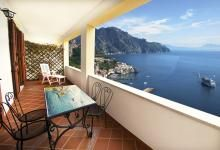 Amalfi, surrounded by greenery, House Nancy villa enjoys magnificent views of the sea and the Coast, in an ideal environment to stay. Terrace for breakfast or dinner, internal stairs comodi. Poche separate from the car park (free). Located close to shopping centers.