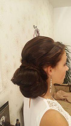 Elegantní drdol z dlouhých vlasů - společenský účes vhodný i na denní nošení. / Elegant hairstyle from long hair.