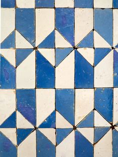 Shower floor: Blue and White Geometric Tiles of Lisbon from Photo: Heather Moore Tile Patterns, Textures Patterns, Tile Design, Pattern Design, Font Design, Free Pattern, Colour Pattern, Design Art, Geometric Tiles
