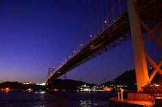 【山口県 関門海峡】下関市と北九州市門司区の間の幅約700mの海峡です。1日に4度も流れを変える急潮で知られています。日に大小約700隻の船が行き交い、風景を優しく彩る潮騒と汽笛の音は環境庁選定「残したい日本の音風景百選」にも選ばれています。 http://www.oidemase.or.jp/db/a/detail.php?id_num=35201aa0000006004 #Yamaguchi_Japan #Setouchi
