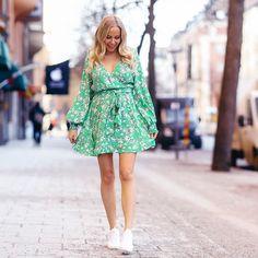 Så många frågor om denna klänning och vart jag köper så fina gravidkläder?  svaret är att jag köper inte gravidkläder utan helt vanliga kläder. Finns massa fina klänningar och tunikor ute i butik nu som funkar toppen. Länk till denna gröna klänningen finns i min story