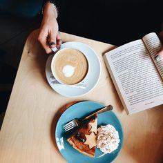 """Fall is all about books, coffee and pumpkin pie 🍂 """"Сила привычки"""" все ещё на моей прикроватной тумбочке. А на полке уже собралась целая стопка крутых книг, которые ждут пока я к ним доберусь 🙈 #Sasha_reads"""