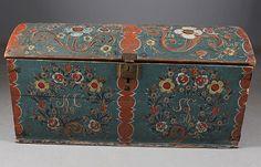 Rosemalt kiste med blå bunnfarge, eierinitialer og dat. 1830. Rosemalt innv. og med tekst, Sogn. L: 117 cm. Sekundær lås.