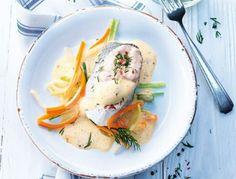 Für den Schellfisch den Fisch säubern, säuern und salzen. Suppengrün säubern und klein schneiden. Alle Zutaten in einen ungelochten Garbehälter