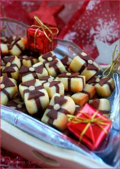 BISCUITS PAQUETS CADEAUX (100 g de beurre à température ambiante, 100 g de sucre, 1 œuf entier, 245 g de farine, 15 g de cacao amer)