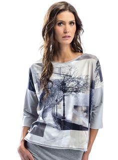 Bluzka - Paryż  ::                                      Bluzka typu oversize. Uszyta z miękkiej, przyjemnej w noszeniu bawełny. Ma szare rękawy i tył. Przód zdobi stonowany kolorystycznie obrazek przedstawiający paryskie uliczki. #bluzki #bawełna #paryż http://www.mapepina.pl/kobieta/bluzka-paryz.html
