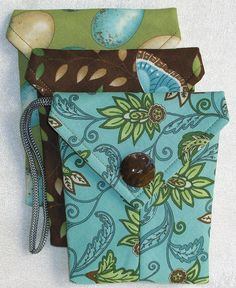 Small pouches are perfect for glasses case, camera case, purse organization and more. Maggie bags are made from squares or fabric layer cakes. This easy sewing project is great for a beginner sewer. Sewing Patterns Girls, Purse Patterns, Pattern Sewing, Free Pattern, Easy Sewing Projects, Sewing Hacks, Sewing Tutorials, Sewing Ideas, Craft Projects