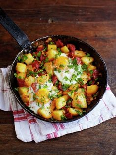 This tasty chorizo & potato hash recipe from Jamie Oliver is a great way to use up leftovers, and a really brilliant weekend brunch dish. Good for a crowd! Chorizo Recipes, Pork Recipes, Mexican Food Recipes, Cooking Recipes, Healthy Recipes, Quick Recipes, Mexican Breakfast Recipes, Spinach Recipes, Oven Recipes